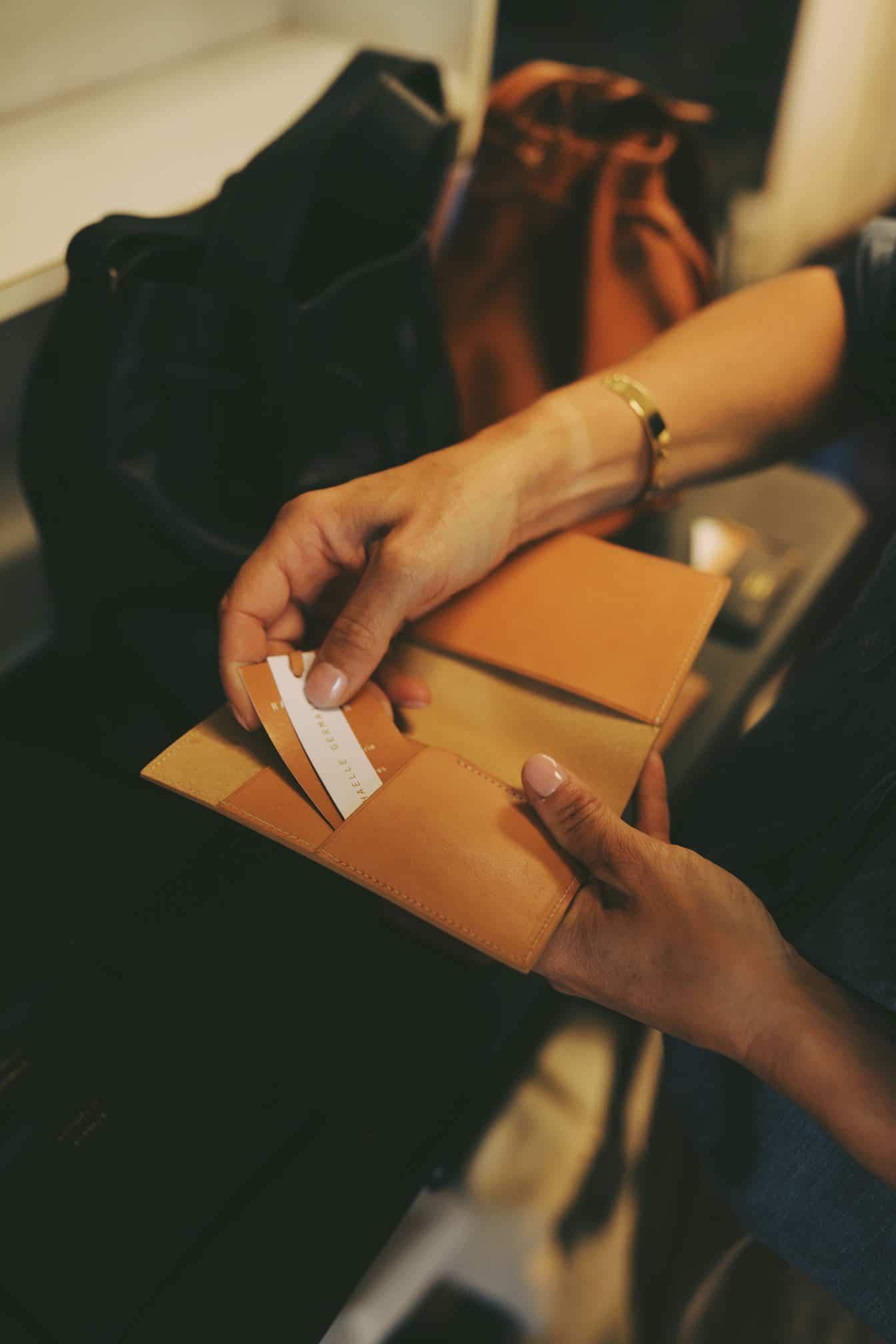 raphaelle-germain-porte-passeport-cuir-vegetal