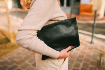Pochette en cuir noir-Raphaëlle Germain-Maroquinerie-Face To Face