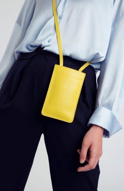 RaphaelleGermain-pochette-portable-jaune-selection-maroquinerie-facetofaceparis