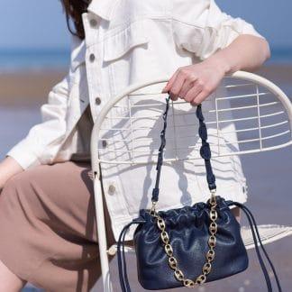 sac-minipam-en-cuir-tresse-bleu-marine-atelier-farny-selection-maroquinerie-facetofaceparis