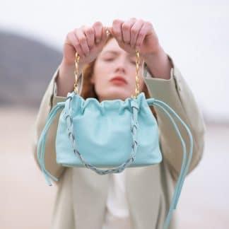 sac-minipam-en-cuir-tresse-bleu-ciel-atelier-farny-selection-maroquinerie-facetofaceparis